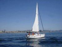 Pasear en barco cerca de Castelldefels