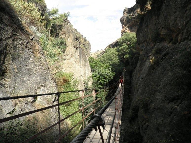 Vista del puente de la ruta de Cahorros de Monachil