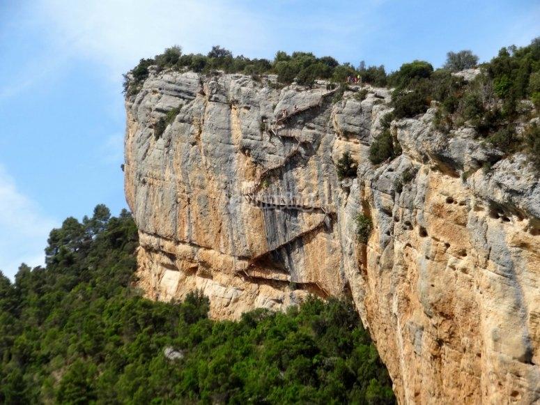 Vista de lejos de la escalera de Montfalcó