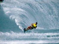 Surcando las olas con los esquis
