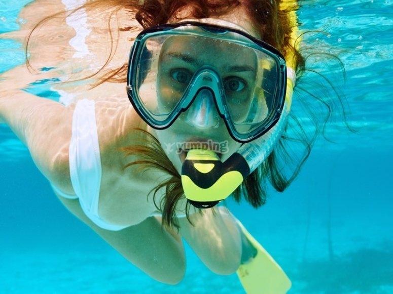 Mujer practicando snorkel