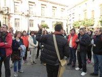 el guia explicando en el tour centro historico
