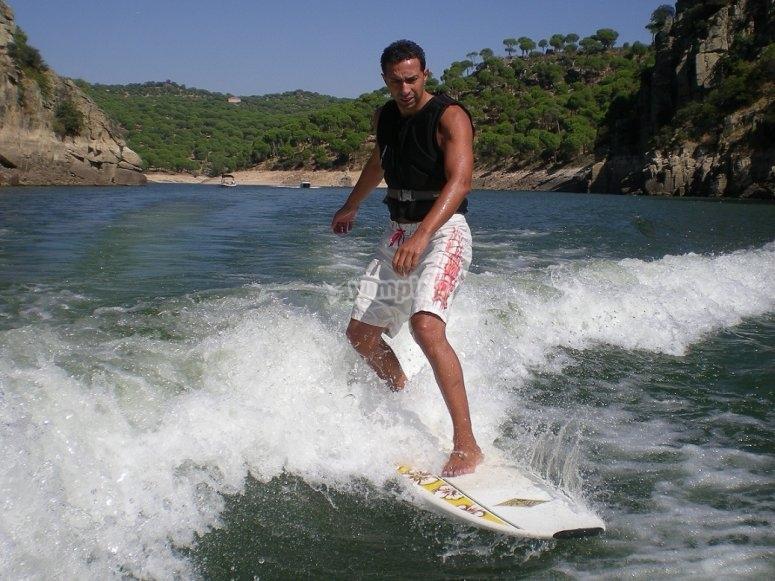 Surf en la estela del barco