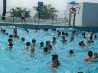 En la piscina de olas