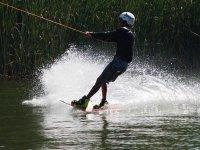Haciendo esqui acuatico en Cantabria