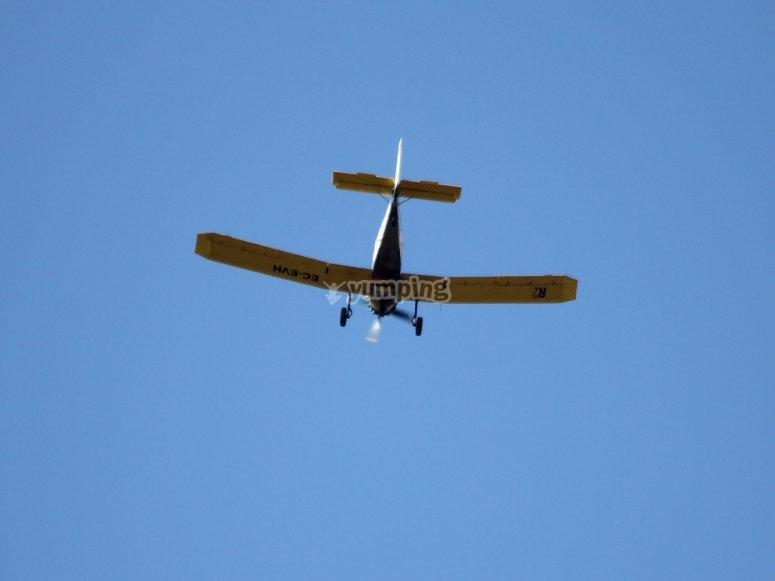 Avioneta en el cielo