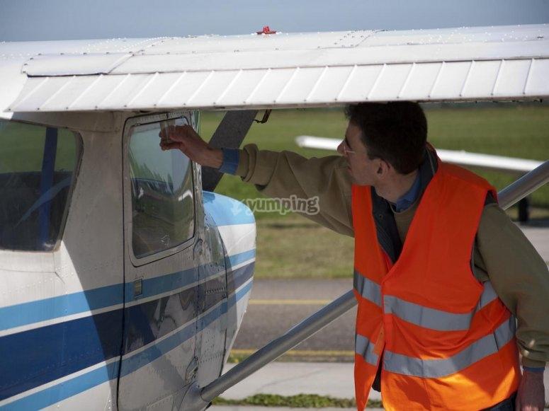Revisando la avioneta
