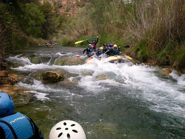 Balsa bajando el cauce del rio
