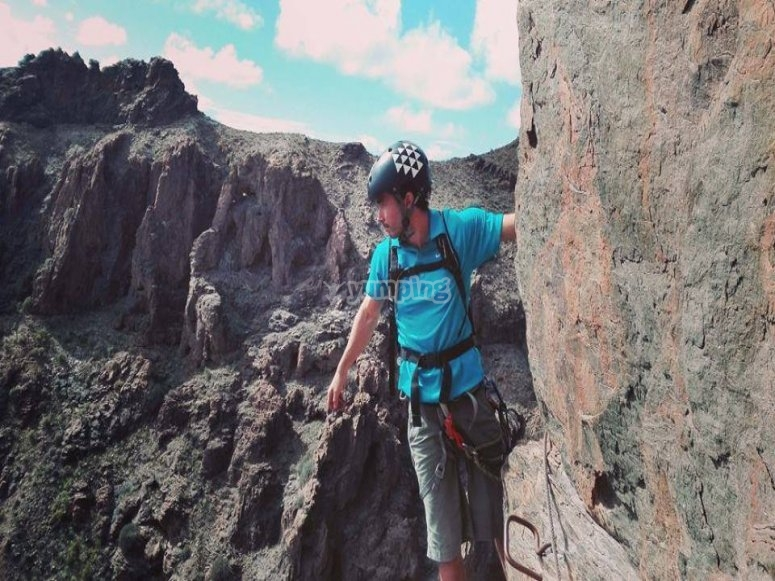 Escalando la pared rocosa