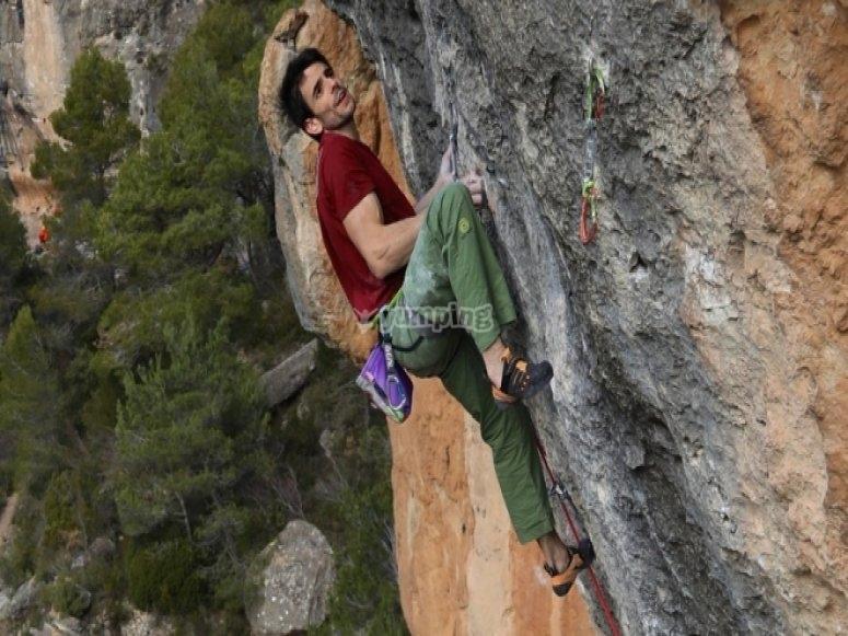 Escalando en La Rambla 9a+ (oto de Henning Wang)