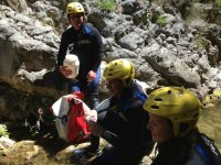 Famiglia che pratica il canyoning nella Comunità Valenciana