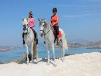 Amigas a caballo por la playa
