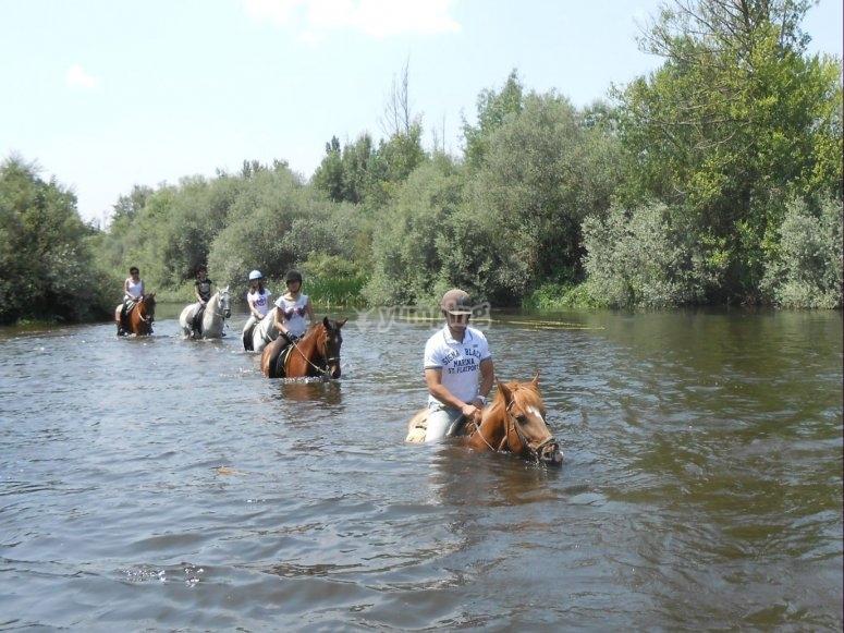 Atravesando el rio a caballo