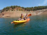 Godendo una giornata in canoa in famiglia