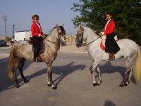 Jinetes en sus caballos