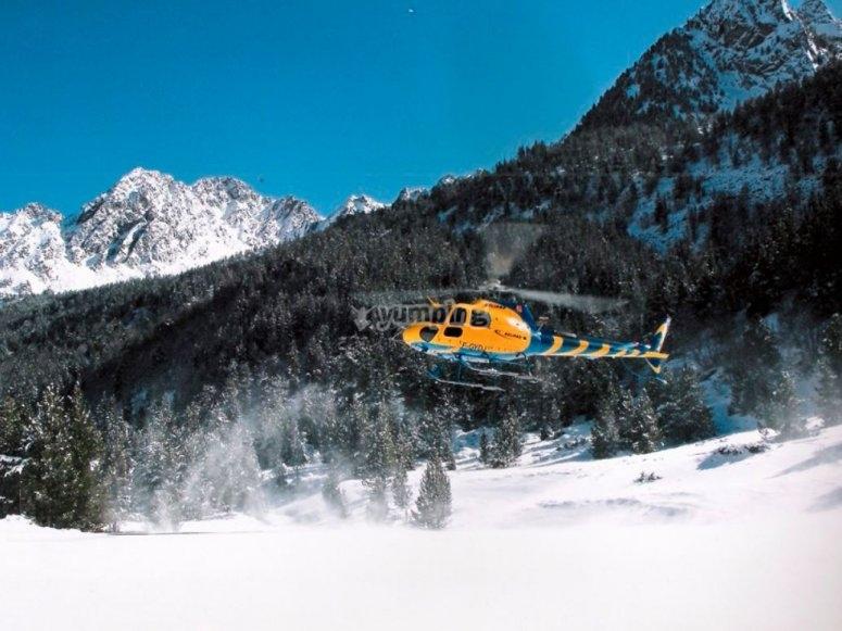 Helicóptero sobrevolando las montañas de Andorra