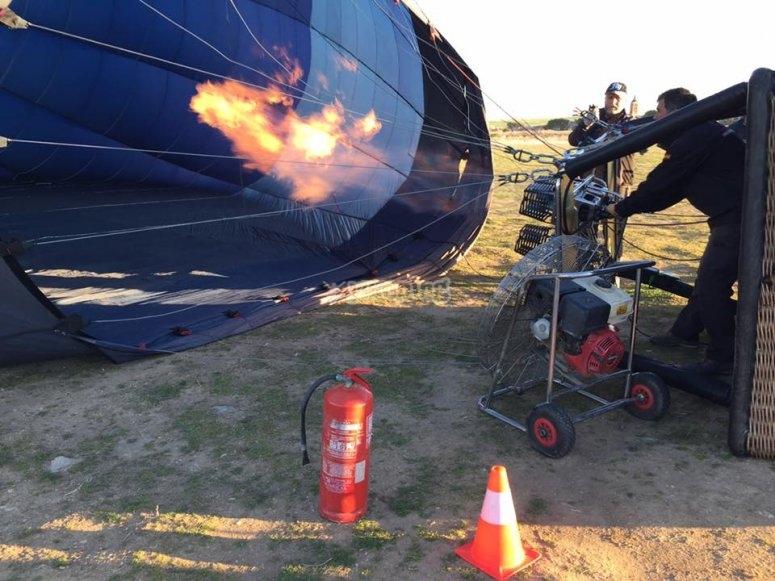 用燃烧器使气球膨胀