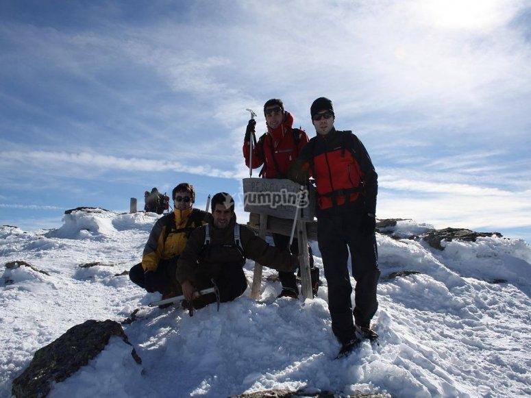 grupo de excursion en raquetas de nieve