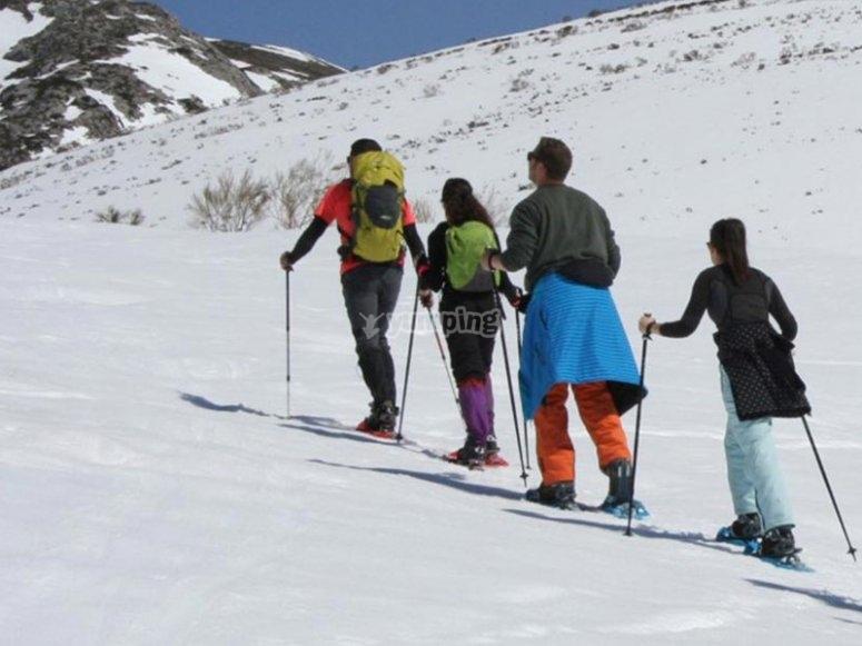 Disfrutando de una ruta con raquetas de nieve al Puerto de Vegarada