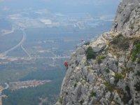 Tramo vertical en la ferrata valenciana