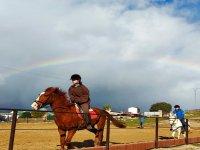 Monta a los caballos desde las pistas