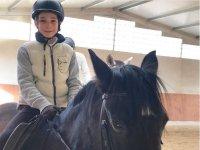 En su clase de equitacion