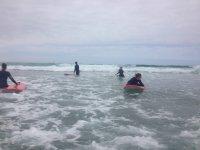 Cogiendo olas en Llanes