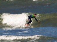 Giovane surfista di livello avanzato