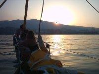 Cae el sol sobre el barco