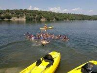 Banandonos junto a las canoas