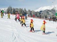 通过望远镜寻找孩子穿着滑雪