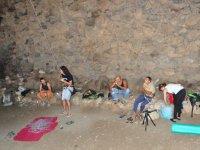 Esperando en la cueva de Orzola