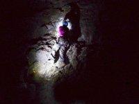 investigando el interior de la cueva