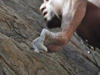Magnesio en las manos del escalador