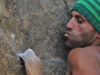 Sujetandose al saliente en la roca