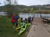 En la orilla antes de partir con los kayaks