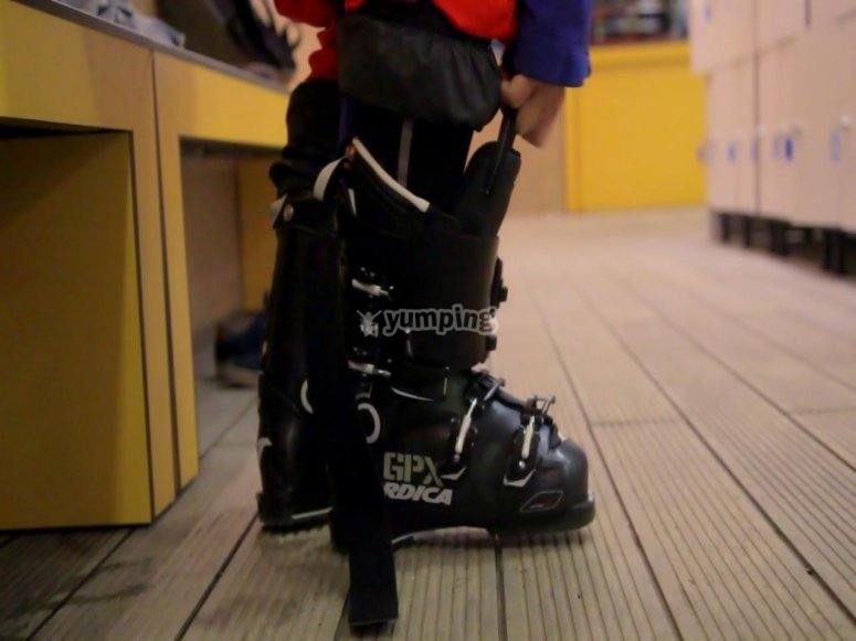 Poniéndose las botas de esquiar