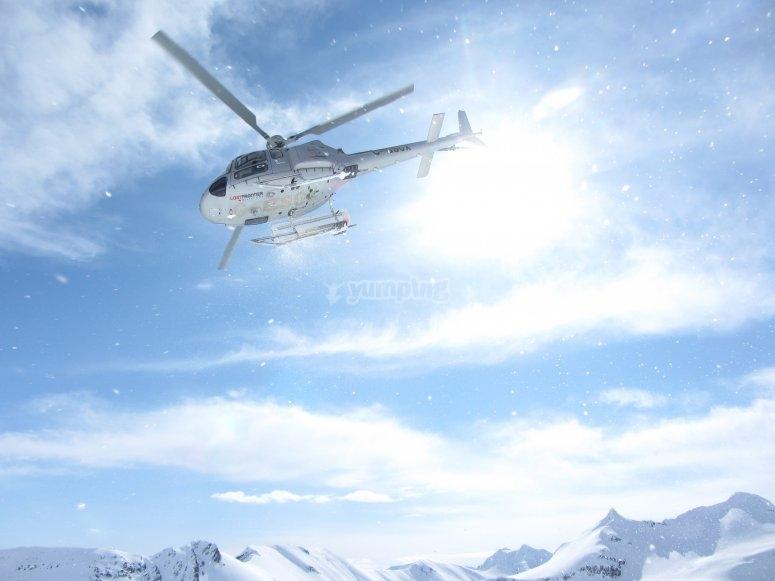 Helicóptero sobrevolando altas cumbres