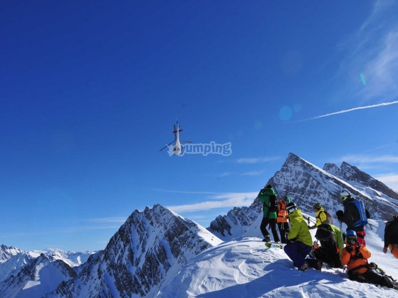 Esquiadores profesionales les acaba de dejar el helicóptero