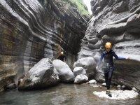 在河边的岩石上行走
