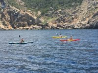 Tres kayakistas en travesia