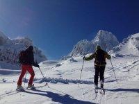 在山上滑雪