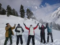 在游览期间玩雪