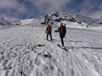 Esquiadores paseando
