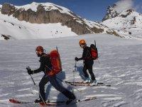 Esquiadores siguiendo una ruta