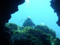 Asomandose a la cueva submarina