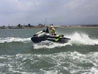 Virando en la moto de agua