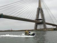 Cruzando el puente con la moto de agua
