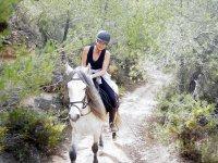 Paseo a caballo por camino