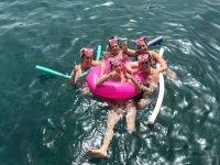 Banandose con el flotador rosa